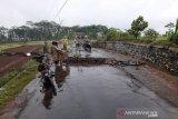 Jalan penghubung dua desa di Batang ambles 0,5 meter