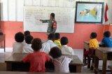 Babinsa Kodim 1707 Merauke mengajar siswa SD YPK Buepe