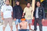 Rampas handphone dan tikam pacar, pelajar ditangkap polisi di plafon rumah
