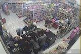 Aksi penipu asal WNA di toko swalayan terekam CCTV