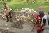Bhabinkamtibmas Angkaisera Papua bantu warga buat pondasi rumah