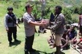Kapolres Puncak Jaya berikan bahan makanan kepada warga distrik Kalome