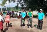 Prajurit TNI-Polri dan masyarakat gotong royong bersihkan Kampung Trimuris