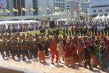 Sultan Bolkiah menyambut WNI peserta pawai Hari Kebangsaan Brunei