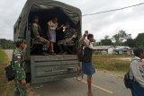 Siswa di perbatasan RI-PNG ke sekolah pakai truk TNI