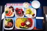 Ini alasan makanan di pesawat terasa lebih hambar