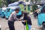 Personel Polsek Bontoala Makassar berbagi donasi untuk warga miskin