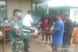Prajutrit Satgas TNI bagi masker COVID-19 untuk warga perbatasan