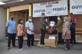 Wabup Sleman menyerahkan bantuan APD pada Relawan Guyub Peduli