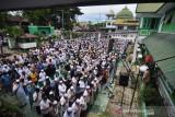 Puluhan ribu umat Islam shalatkan jenazah Habib Saggaf sebelum dimakamkan di samping makam adiknya Habib Sayyid Abdillah