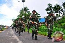 TNI  bantu warga perbaiki jembatan di Senggi