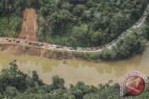 Sebagian jalur Riau-Sumatera Barat tertutup longsoran tanah