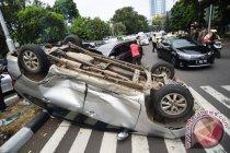 Mobil enam penumpang tabrak bundaran air mancur Surabaya