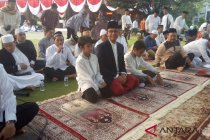 Anies bawa keluarga shalat Idul Adha di halaman Balai Kota