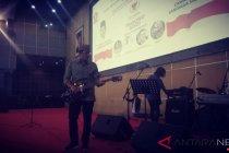 Sandiaga memainkan gitar saat peluncuran lagu #2019PrabowoSandi