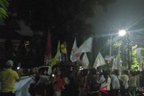 Relawan ramaikan halaman Gedung KPU