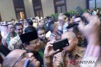 """Warga berebut \""""selfie\"""" dengan Prabowo saat hadiri HUT Arab Saudi"""