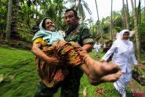 Babinsa Evakuasi Warga Sakit Terisolir