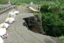 Sandaran jembatan longsor, arus lalu lintas ditutup