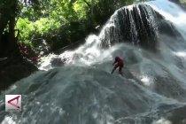 Uji adrenalin di Shower Climbing Curug Bibijilan
