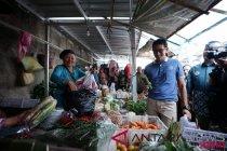 Sandiaga belanja sembako di Pasar Stan Tajem Maguwoharjo Yogyakarta