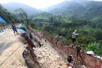 Pembangunan Dinding Penahan Longsor Jalur Puncak
