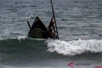 Puluhan perahu di Lombok  rusak diterjang ombak
