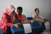 Praktik mengetik huruf braille