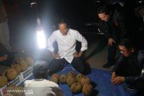 Jokowi borong durian dari penjual pinggir jalan di Dumai