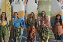 Peringati Hari Kartini dengan berselancar di Bali