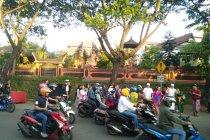 Takjil dibagikan umat Hindu pada kaum Muslim Makassar