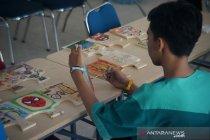 Pasien RSJD dr Arif Zainudin melukis bersama di Hari Skizofrenia