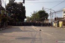 TNI jaga massa yang hendak memasuki Mess Brimob