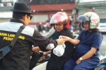 Kadin Lampung bagikan takjil kepada pengguna jalan
