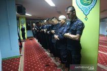Personel Brimob sempatkan shalat tarawih di sela tugas pengamanan