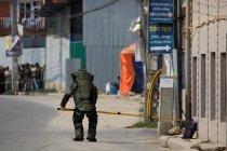 Tim Jihandak Nepal jinakkan alat peledak di dalam sebuah tas di kota Lalitpur