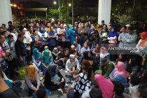 Ratusan wali murid bertahan di Dispendik Kota Pahlawan protes PPDB