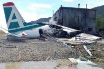 Gagal mendarat darurat, pesawat Antonov An-24 tabrak bangunan dan terbakar