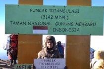 Fayyadh dan ayahnya peringati HUT ke-74 Indonesia di Puncak Merbabu