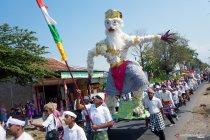 Karnaval kemerdekaan memanfaatkan barang limbah