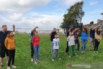 Anak-anak Swedia ikut balap karung dan makan kerupuk