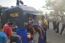 Polres Waykanan distribusikan air bersih gunakan water canon