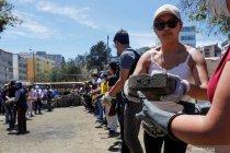Demonstrasi selesai, warga Ekuador bantu bersihkan jalanan dari puing-puing