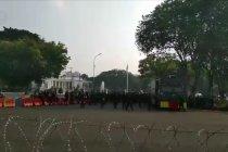 Petugas dan kendaraan berikade disiagakan di depan Istana