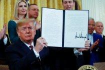 Di tengah kritik, Trump tandatangani perintah antisemitisme di kampus