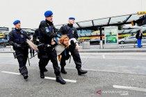 Menolak bubar, polisi seret pegiat lingkungan dari bandara Schiphol