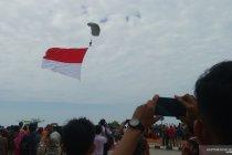 Pengunjung Hari Nusantara terpukau suguhan terjun payung TNI-AL