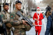 Lari kostum Santa