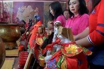 Jelang Imlek, warga Tionghoa mandikan Patung Dewa Dewi