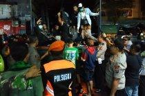 Polisi Blitar mengawal pemulangan suporter Persebaya dan Arema